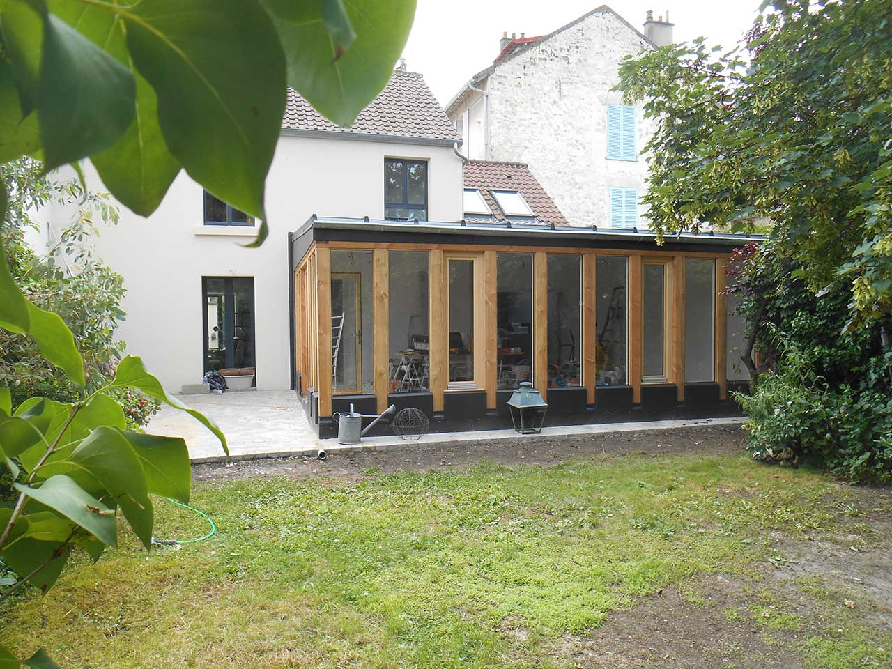 Extension maison en bois et zinc dans un jardin cabanologue for Extension de maison