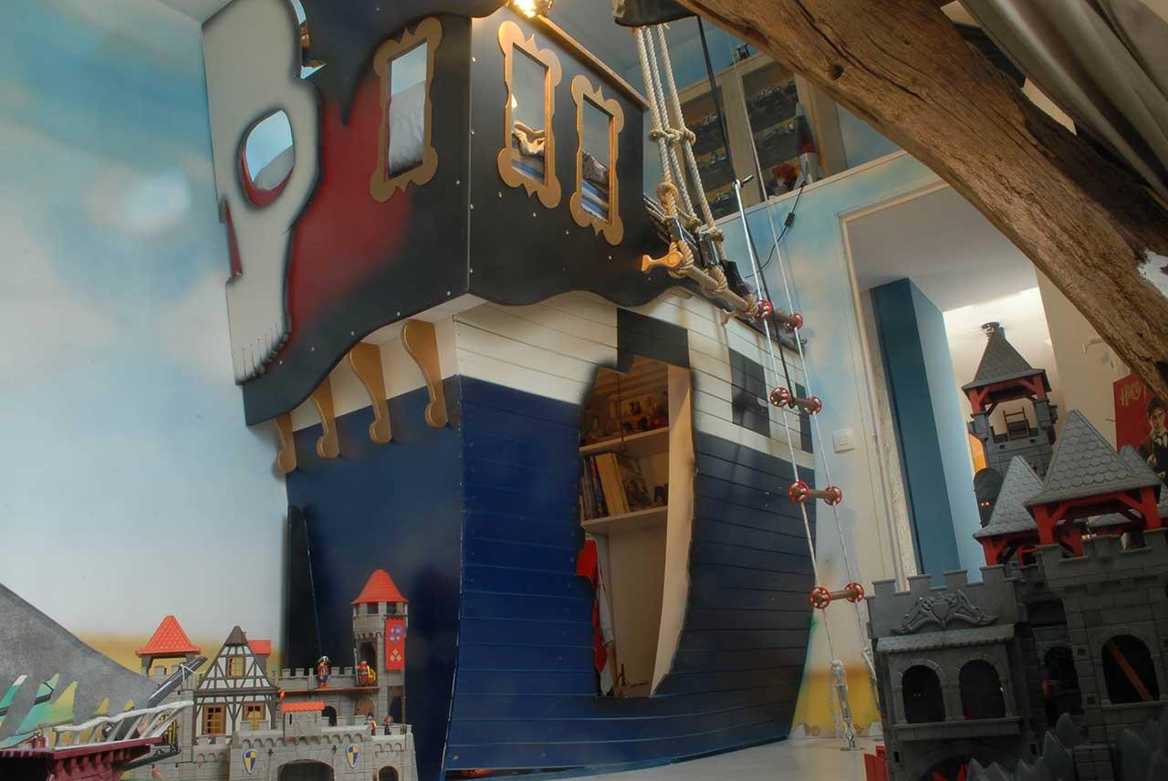 Lit pirate enfant avec la forme d 39 un vrai bateau cabanologue - Chambre enfant pirate ...