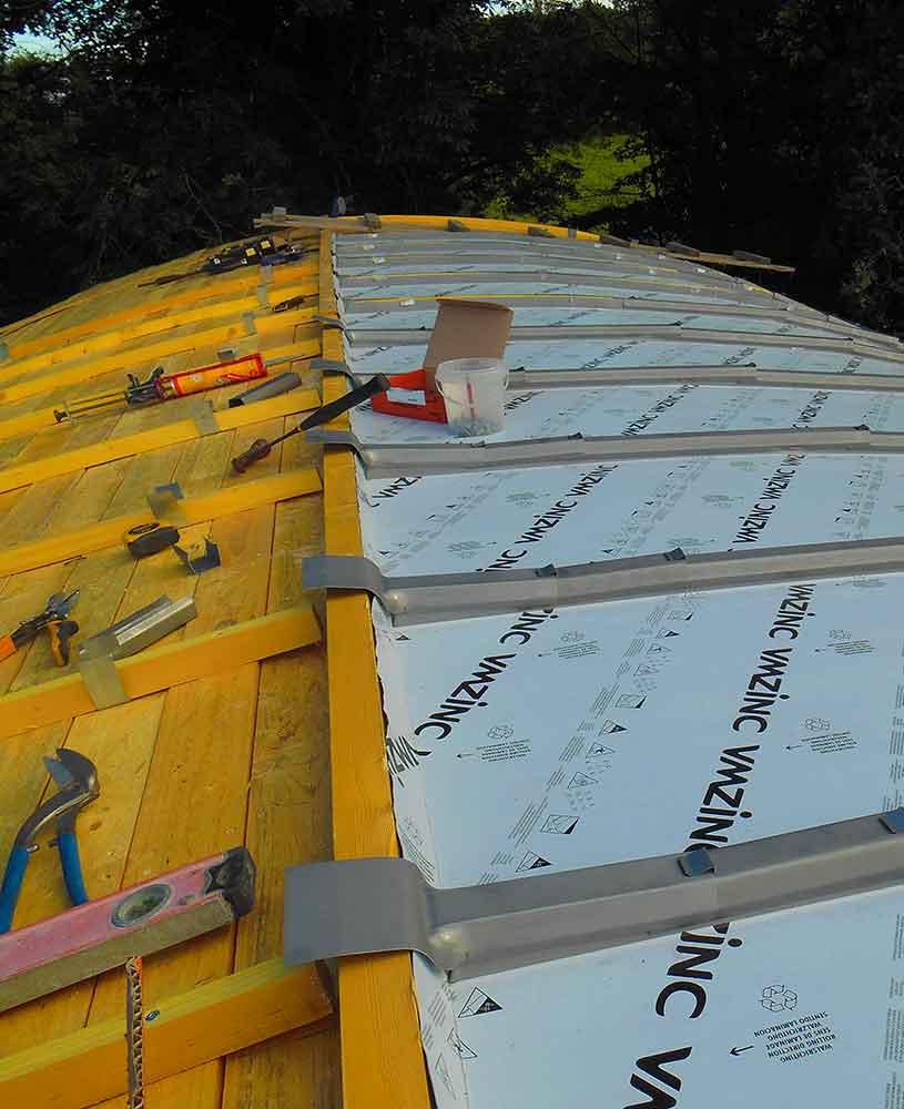toiture en zinc pour cabane en cours de montage