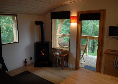Interieur cabane avec poele a bois