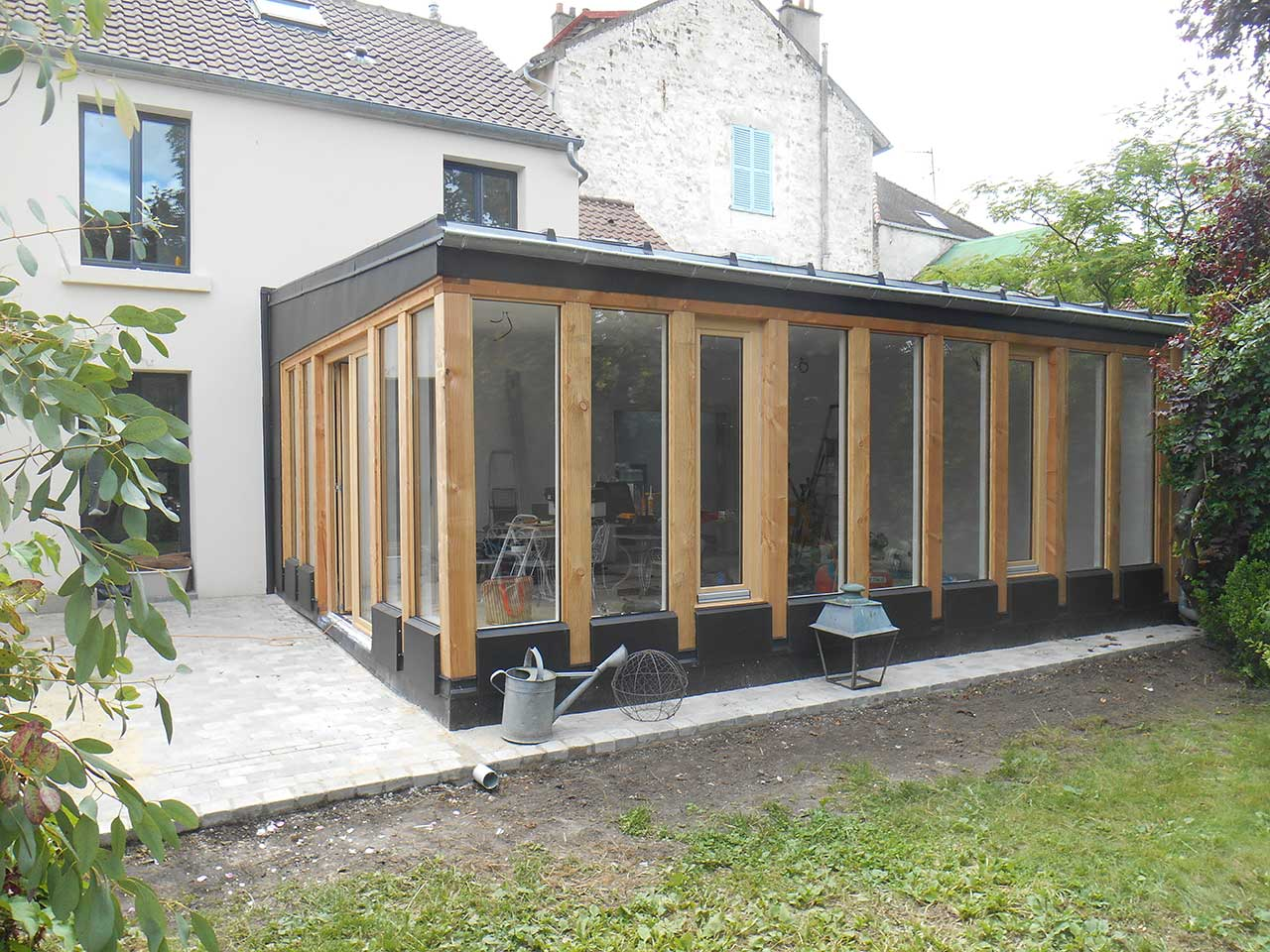 Extension maison en bois et zinc dans un jardin cabanologue for Extension en container
