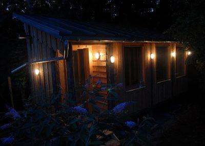 cabane sur pilotis vue de nuit