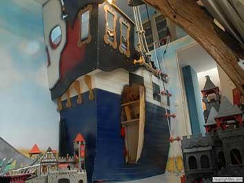 Lit bateau pirate dans une chambre d'enfant