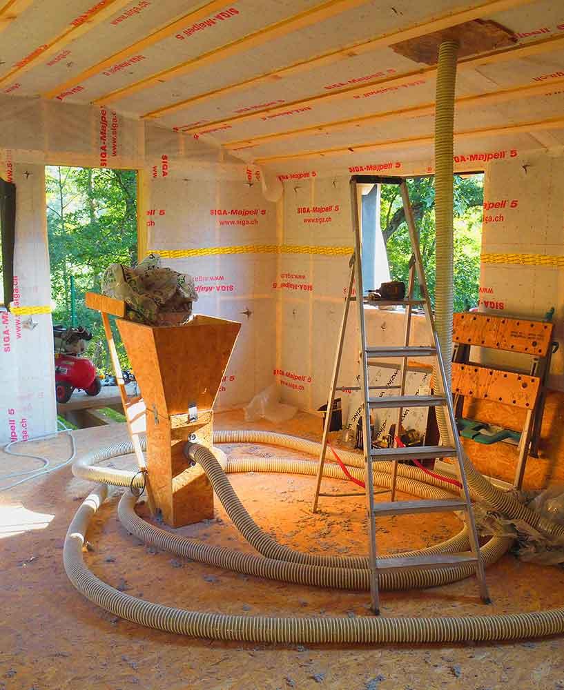 Iolation du plafond de la cabane avec la ouate de cellulose