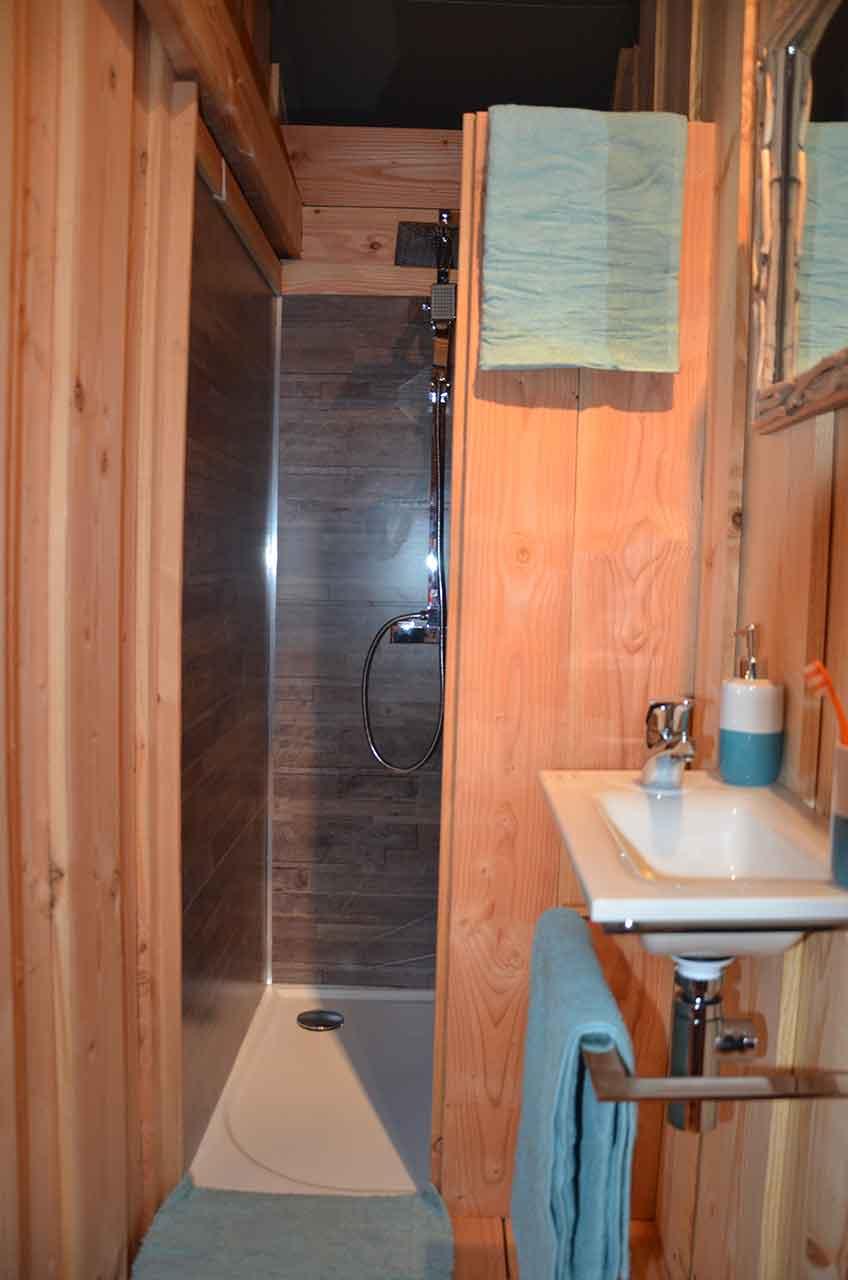 Vue salle de bains de la tente cabane NATUNA