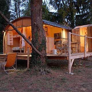 Cabane tente lodge avec terrasse et douche