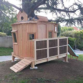 Cabane pour enfant avec toboggan
